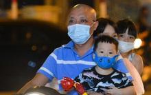 Ảnh: Trẻ nhỏ Hà Nội cùng bố mẹ vượt tắc đường lên phố cổ đón Trung thu đặc biệt