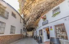 """Thị trấn bất thường ở Tây Ban Nha: Tuy bị """"đá đè"""" nhưng vẫn thu hút rất đông khách du lịch ghé thăm"""