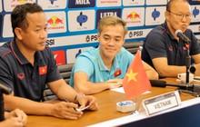 Văn Toàn lỡ ảnh chụp chung với hai HLV ở họp báo trước trận vì tiền vệ đối phương bận… đi vệ sinh
