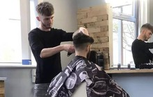 Bạn sẽ được cắt tóc miễn phí nếu đá FIFA 2020 thắng nhân viên của tiệm cắt tóc này!