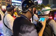 Tình yêu bóng đá cuồng nhiệt của CĐV Việt Nam: Tắc đường không kịp về nhà cổ vũ ĐT Việt Nam, nhiều người hâm mộ liền theo dõi ngay trên yên xe máy