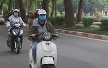 Hà Nội chính thức đón đợt gió lạnh đầu mùa, người dân mặc áo ấm xuống đường trong tiết trời se lạnh