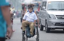 Xúc động cảnh người cha tật nguyền đưa con trai đi học bằng xe lăn mỗi ngày