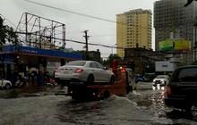 """Mưa kéo dài, TP Vinh """"thất thủ"""" ngập chìm trong biển nước"""