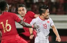 """Quang Hải bị kéo cổ nguy hiểm, Đức Huy nắn gân """"Messi Indonesia"""" trong chiến thắng của tuyển Việt Nam"""
