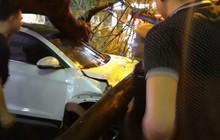 Mưa to kéo dài, cây to bật gốc đè trúng xe máy và ô tô đang chạy trên đường