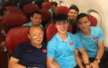 Chuyến bay về Hà Nội của đội tuyển Việt Nam bị delay 50 phút, thầy trò rủ nhau chụp ảnh check-in cực vui