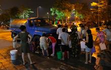 Ảnh: Người dân ở nhiều khu đô thị Hà Nội thức trắng đêm, xếp hàng chờ nhận từng xô nước sạch