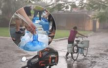 """Người dân quanh nhà máy Rạng Đông đội mưa đi xách từng xô nước sạch: """"Nước này chỉ để nấu ăn thôi, tắm giặt thì nhịn"""""""