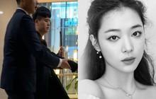 Cập nhật tang lễ Sulli từ Hàn: Fan khiếm thị một mình đến sớm chờ viếng Sulli, không khí đau buồn bao trùm