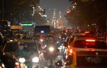 Ảnh: Mưa to đúng giờ tan tầm, nhiều tuyến đường thủ đô ùn tắc cả cây số, người dân vất vả đội mưa về nhà