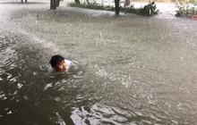 Mưa lớn gây ngập úng ở thành phố Vinh và những người vui nhất là đám học sinh sinh viên, ai cũng thi nhau bơi lội