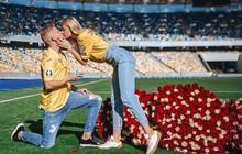 Chỉ sau vài tháng hẹn hò, hậu vệ ngôi sao của Man City quyết định trói chặt MC thể thao xinh đẹp bằng màn cầu hôn ở địa điểm không thể ý nghĩa hơn