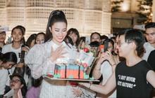 """Hàng trăm fan """"đột kích"""" mừng sinh nhật Đông Nhi lúc đêm muộn, choáng nhất là loạt quà """"khủng"""" không thể độc đáo hơn!"""