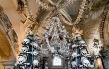Nhà thờ xương nổi tiếng thế giới cấm du khách selfie khi chưa được phép vì tình trạng 'cưỡng hôn' sọ người để sống ảo