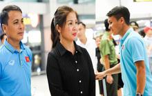 Bố mẹ Quang Hải chờ ở sân bay đến nửa đêm để được gặp con trai và lý do khiến ai cũng cảm động