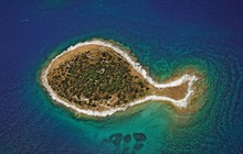 """Hòn đảo hình chú cá bé xinh đang khiến du khách toàn cầu truy tìm, nhưng ai cũng phải """"dè chừng"""" khi biết nơi này ẩn chứa 1 bí mật từ thời cổ đại"""