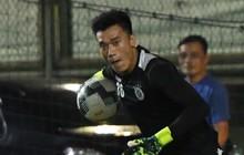 Văn Công tái phát chấn thương, Bùi Tiến Dũng có cơ hội bắt chính nhưng lại mất điểm vì sai lầm này trong buổi tập của Hà Nội FC