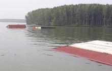 TP.HCM: Tàu hàng nghìn tấn bị chìm, nhiều container rơi xuống sông