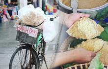 """Giữa lòng Hà Nội vẫn còn những chiếc xe đạp """"cà tàng"""" bán thứ bánh tuổi thơ của biết bao đứa trẻ ngày xưa, liệu thế hệ bây giờ mấy ai đã thử?"""