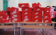 20/10 tặng mỗi bạn nữ trong lớp một đôi giày Nike nhưng món quà bên trong chiếc hộp mới thực sự bất ngờ, lớp học chất chơi nhất đây rồi