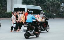 Nóng mắt cảnh sinh viên Hà Nội dàn hàng cả chục người băng đường qua đại lộ đầy nguy hiểm, dù cầu đi bộ chỉ cách đó mấy chục mét
