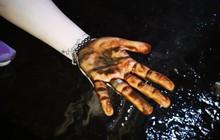 Ảnh: Dầu lắng cặn, bốc mùi nồng nặc khi thau rửa bể nước tại khu đô thị Hà Nội sau sự cố ô nhiễm nước sông Đà
