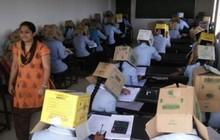 Ấn Độ: Chống gian lận thi cử, trường cao đẳng bắt học sinh đội thùng carton lên đầu để đảm bảo không còn cửa quay cóp