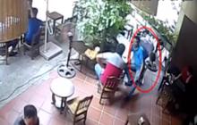 """Hà Nội: Người đàn ông ăn mặc lịch lãm bị nghi """"cuỗm"""" luôn chiếc ví của khách vừa làm rơi dưới chân rồi """"chuồn"""""""
