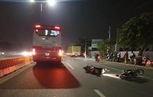 Bình Dương: Hai xe máy tự va quẹt ngã ra đường vì nói chuyện khi lưu thông, người đàn ông bị xe khách cán tử vong
