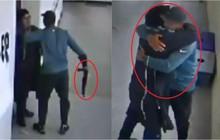 Bị học sinh nhắm thẳng súng vào người, thầy giáo nhanh trí làm một việc đơn giản nhưng cứu mạng được cả trường học