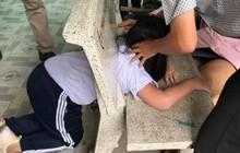 Nữ sinh nghịch dại chui đầu vào ghế đá rồi mắc kẹt ở đấy khiến cả trường xúm vào giải cứu