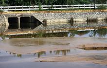 Người dân tá hỏa phát hiện nhà máy nước xả bùn thải đặc ra hồ điều hòa