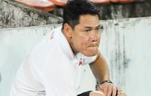 Xúc động hình ảnh thầy cũ của Đặng Văn Lâm đội mưa chỉ đạo, thẫn thờ ra về sau trận đấu cuối cùng tại CLB Hải Phòng