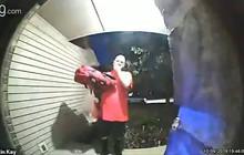 Vừa bấm chuông cửa thì thấy cảnh báo 'nhà có trẻ đang ngủ', phản ứng của anh giao pizza khiến dân mạng cười bò vì quá dễ thương