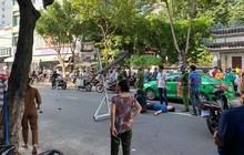 Đôi vợ chồng trẻ chạy xe máy trọng thương vì bị giàn treo di động từ tòa nhà cao tầng rơi trúng
