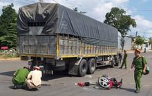 Xe máy va chạm xe tải, 2 nam sinh lớp 10 thương vong