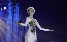 """Netizen Việt """"kêu trời"""" vì phần thi tài năng hát như tra tấn của Hoàng Hạnh tại Miss Earth, sao không tận dụng lợi thế?"""