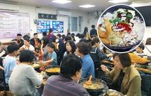 Từ món ăn ra đời trong khó khăn, lẩu quân đội lại trở thành món quốc dân của Hàn Quốc, phải xếp hàng dài chờ ăn thế này