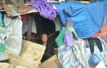 """Xót thương cụ bà nhường căn phòng 3m2 cho con trai rồi sống một mình trong """"nhà rác"""" sau chợ Long Biên"""