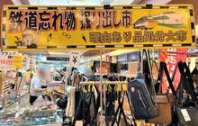 """Kỳ lạ khu chợ chuyên bán đồ khách bỏ quên trên tàu điện ở Nhật, muốn mua hàng hiệu """"giá rẻ như cho"""" thì đến đây"""