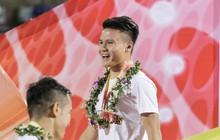 Quang Hải bị CĐV véo tai, kéo cổ đau điếng trong ngày Hà Nội FC nhận cúp vô địch ở Quảng Ninh