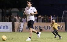 Khoảnh khắc vui đùa hạnh phúc của nhà vô địch V.League cùng con trai, niềm vui nhân đôi khi ẵm trọn 2 danh hiệu cao quý nhất