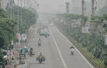 """Chùm ảnh: Một ngày sau cơn mưa """"vàng"""", đường phố Hà Nội lại chìm trong bụi mù"""
