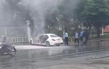 Hà Nội: Xế sang Mercedes bốc cháy dữ dội bên đường, cảnh sát đến dập lửa nhưng không thấy chủ nhân đâu