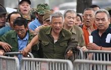 """Người hâm mộ """"đặc biệt"""" xô đổ hàng rào an ninh khi được thông báo hết suất mua vé trận Việt Nam đấu UAE tại Vòng loại World Cup 2022"""