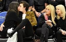 Bức hình gây bão mạng: Shawn Mendes - Camila hôn như vồ lấy nhau và đôi bạn già ngồi bên, nhìn mà tức á!