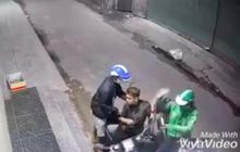 Clip táo tợn: Nam thanh niên bị xịt hơi cay, dí dao vào cổ cướp ĐTDĐ và xe máy Vespa ở Sài Gòn