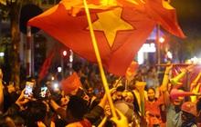 Hàng nghìn CĐV Hà Nội đổ ra đường ăn mừng chiến thắng của ĐT Việt Nam, mọi ngả đường đều hướng về trung tâm