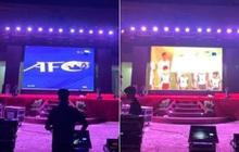 """Ngôi trường """"tiện"""" nhất năm: Đang chuẩn bị làm lễ kỷ niệm, sẵn có màn hình led khổng lồ nên mở luôn trận đấu tuyển Việt Nam cho học trò cùng xem"""